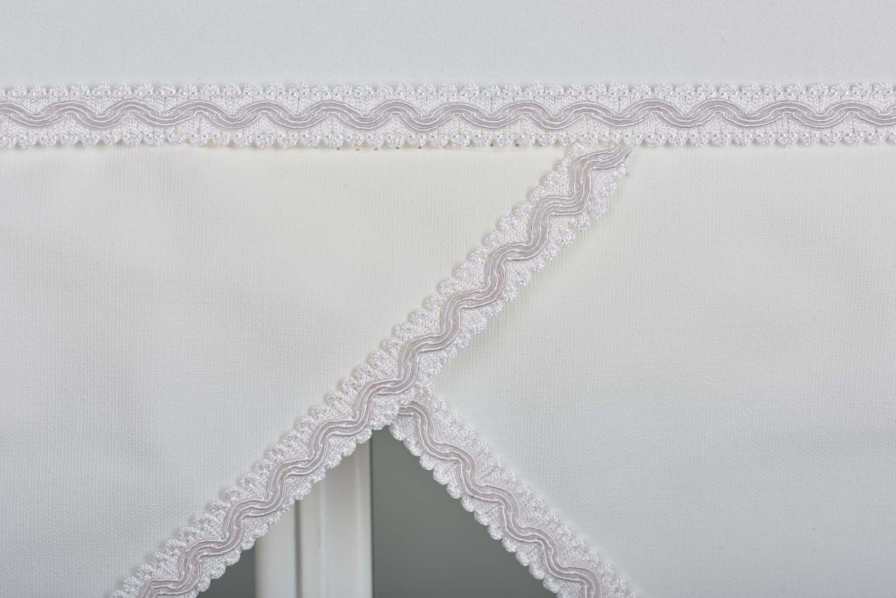 Quality Roller Blinds With Triangle Edge Free Cut To Fit